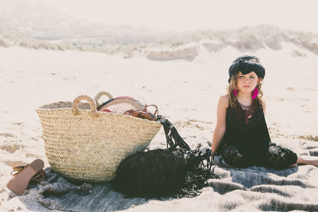 boho-descalzaporelparque-jimena-kids-fashion-black-girl-desert-ministyle