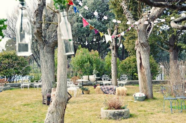 jardc3adn-decorado-guirnaldas-alpacas-flores-cruzado-y-saturado
