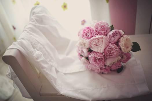 Ramo-de-novia-de-peonias-color-rosa.-Foto-Fran-Russo