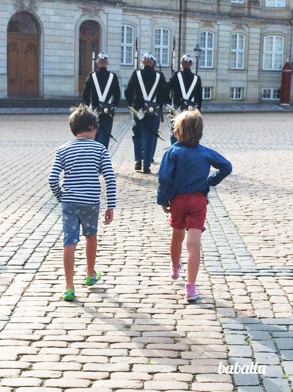cambio_guardia_castillo_copenhague Copenhague con niños baballa
