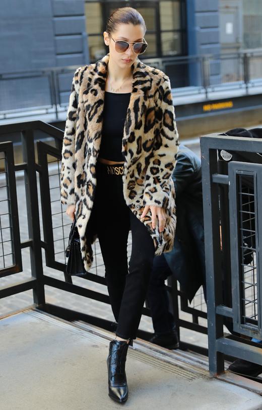 abrigo de leopardo bella hadid con bdba. Bella Hadid