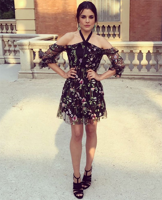 vestido de Adriana Ugarte negro con flores