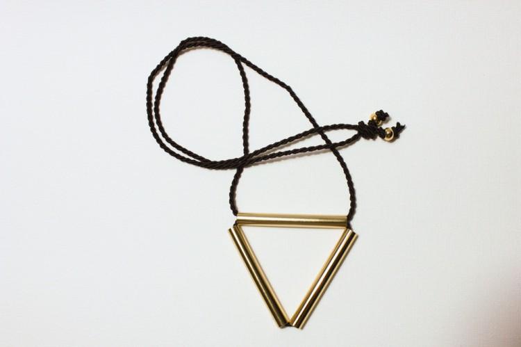 colgante-triangulo-dorado-1