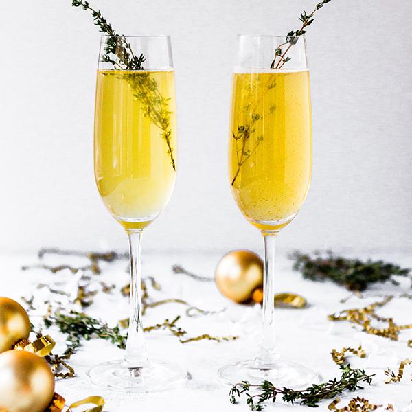 Tradiciones de Nochevieja: oro en copa