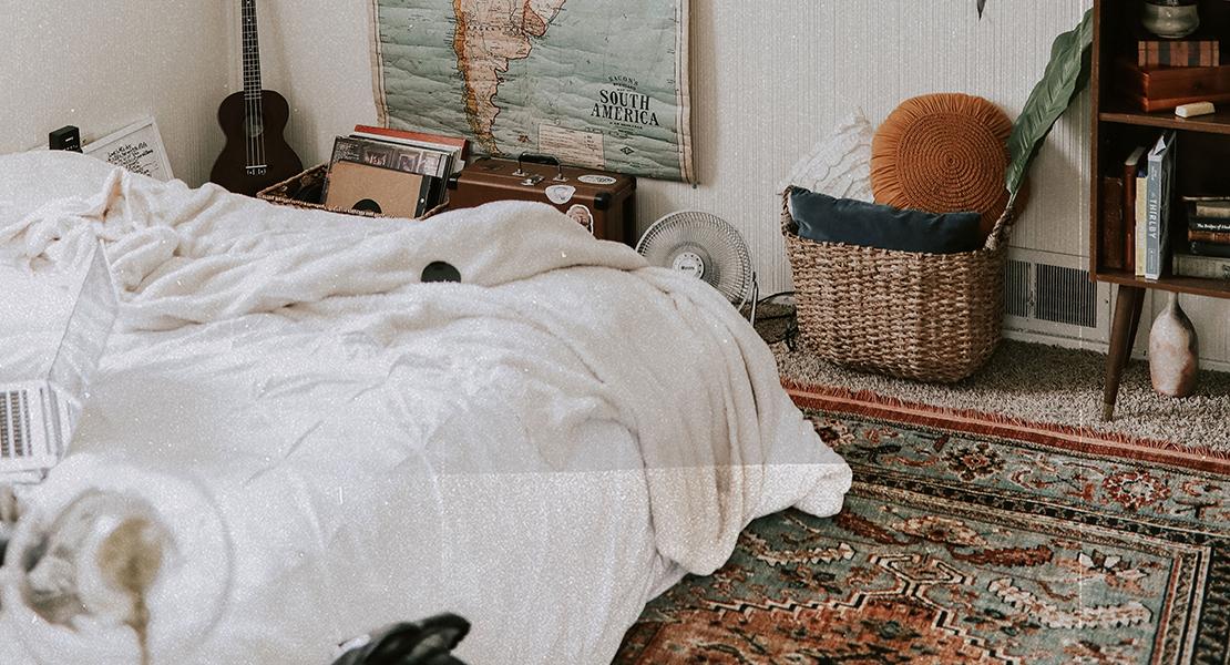 dormitorio acogedor con alfombra