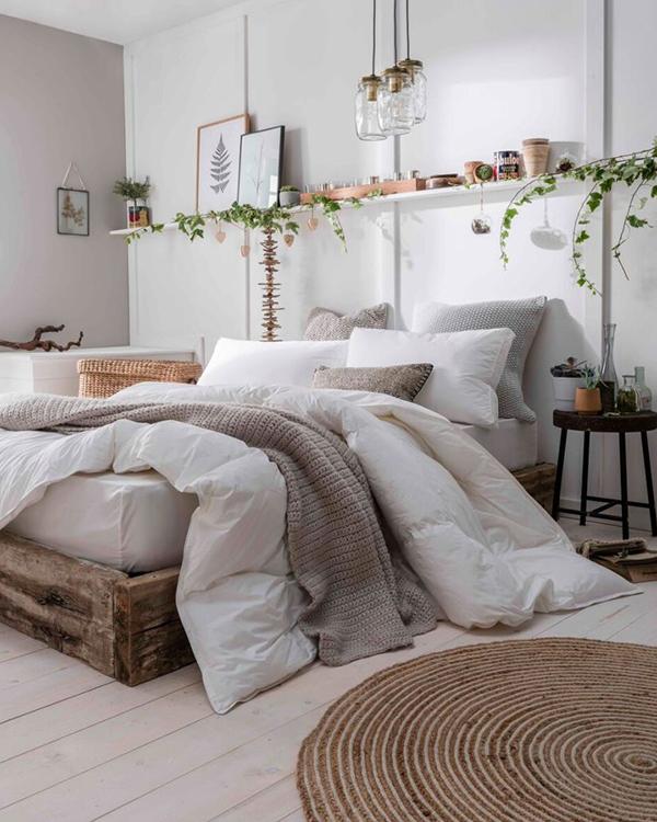 cama con edredon y cojines