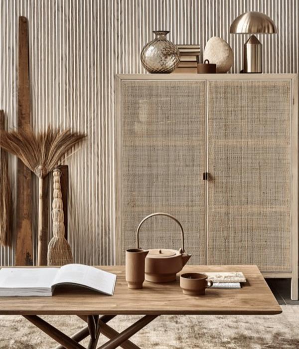 muebles con páneles y mimbre japandi