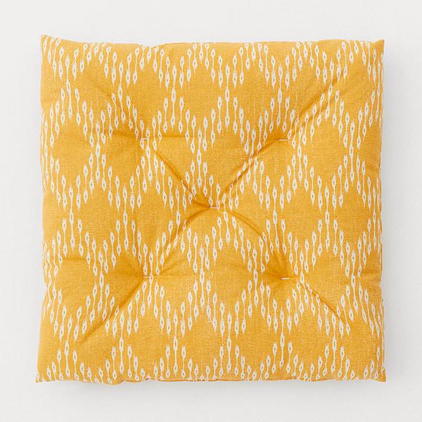Cojín amarillo de las rebajas de H&M Home