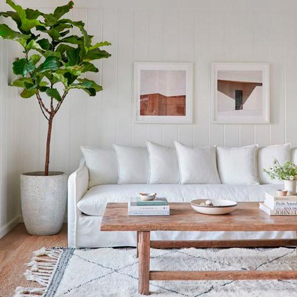 Sofá blanco con mesa de madera