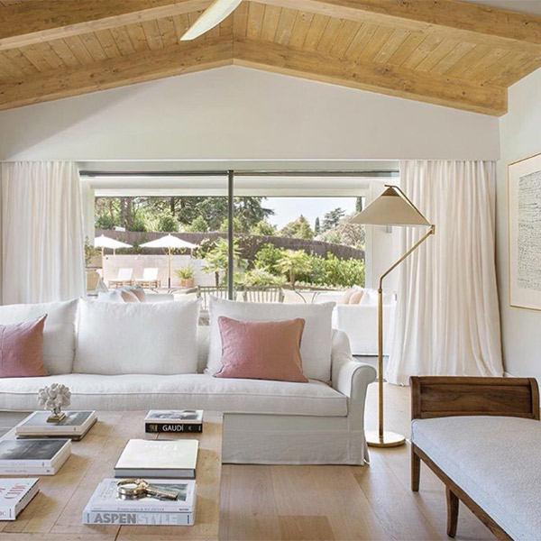 Sofá blanco con cojines rosas