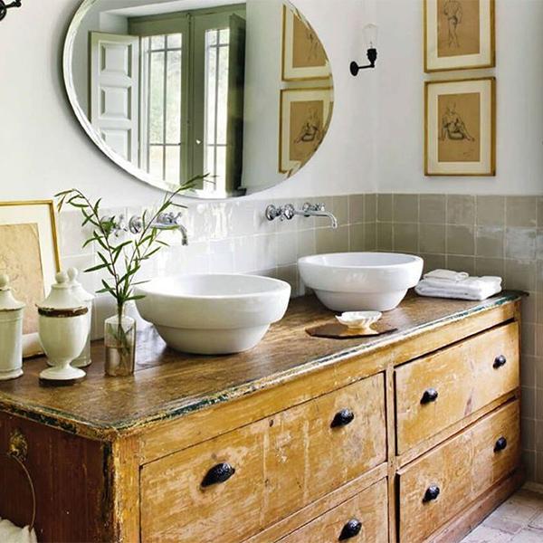 Cuarto de baño acogedor con muebles de madera