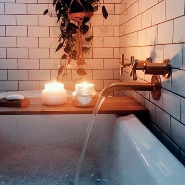 Cuarto de baño acogedor con velas