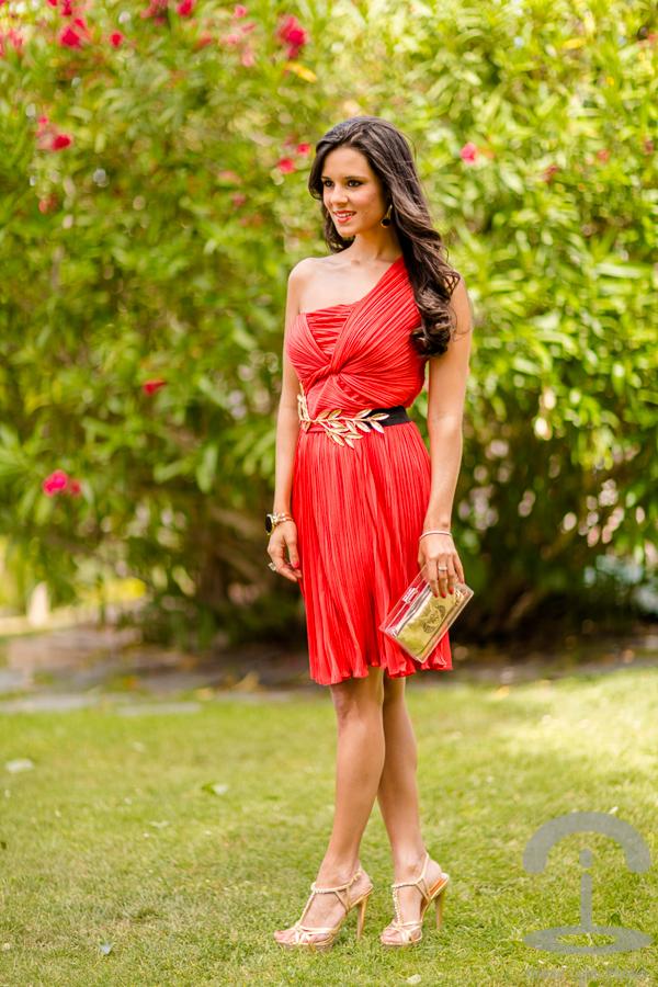 Look de boda con vestido rojo de Halston Heritage – María