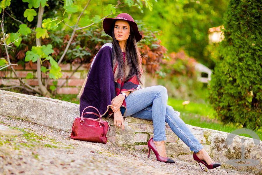 54fa3f6b88 Capa burdeos burgundy cape oxblood Crimenes de la Moda