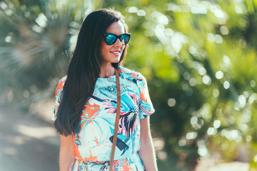 Dos piezas estampado tropical sandalias Neon Boots Gafas de sol espejo Crimenes de la Moda
