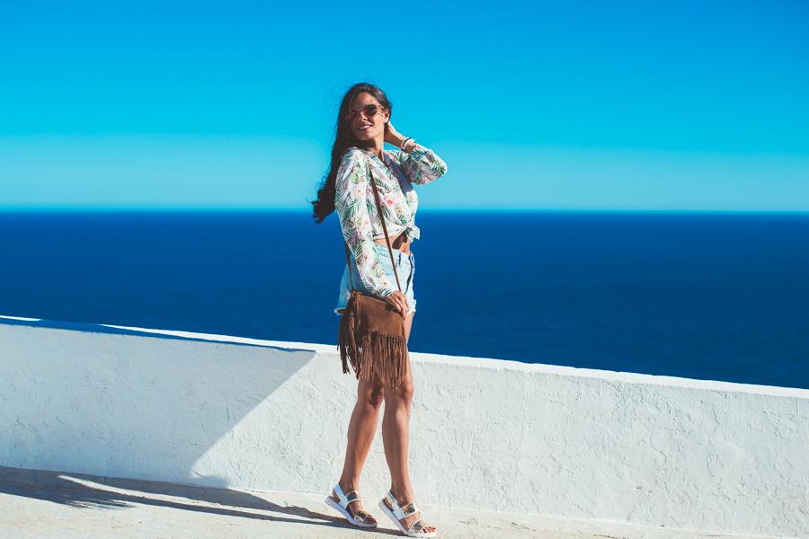 Camisa tropical spring summer look denim shorts bolso de flecos de ante Crimenes de la Moda