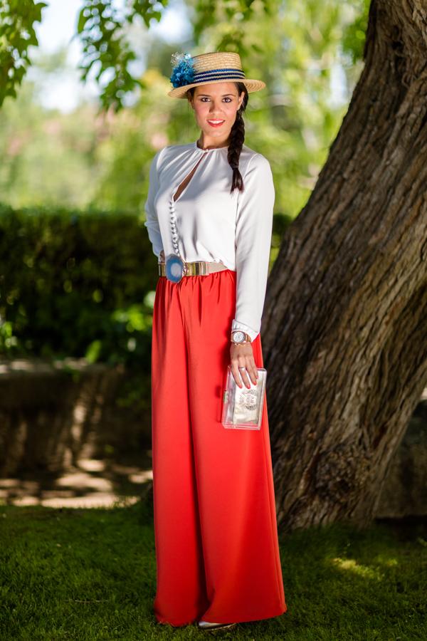 Look bautizo invitada perfecta pantalones palazzo canotier flores cinturón piedra clutch transparente Dresseos alquiler de vestidos Crimenes de la Moda