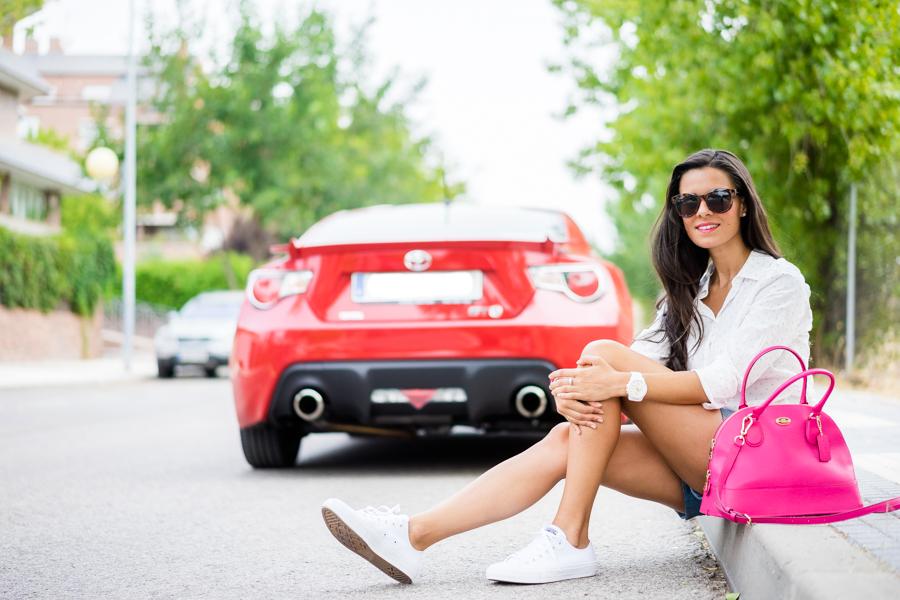 Road trip look para ir de viaje por carretera Benetton bolso rosa fucsia Coach pink tote Converse Chauck Taylor II Footlocker Toyota GT86 Crimenes de la Moda