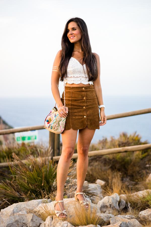 Falda de ante con botones Mango Suede skirt crop top crochet sandalias doradas Pedro Miralles Javea Cabo de la Nao Crimenes de la Moda