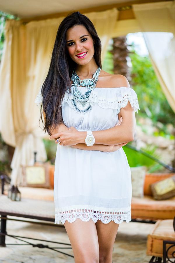 Javea Beach Look de playa vestido blanco ibicenco hombros al aire capazo de flecos de cuero Crimenes de la Moda
