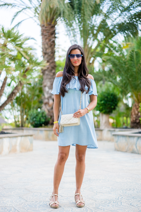 Vestido denim con volante hombros al aire shoulder off dress Chanel Vintage Bag Pedro Miralles Crimenes de la Moda