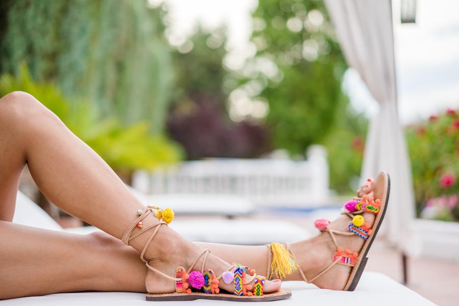 Boho sandals Sandalias con pompones y flecos estilo hippie blusa hombros al aire falda vaquera denim con botones bolso con forma de sandía Crímenes de la Moda
