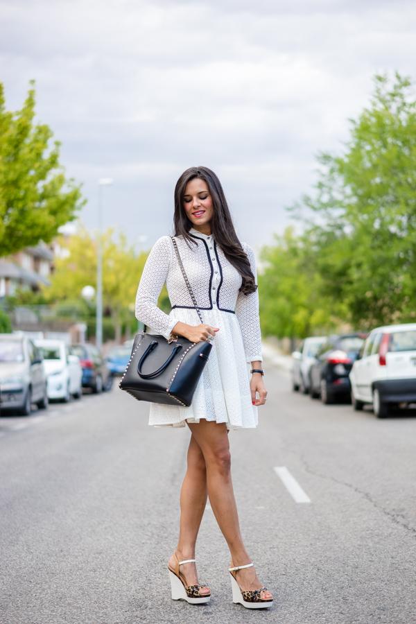ghd Platinum Crimenes de la Moda vestido blanco y negro bolso Valentino Rockstud black