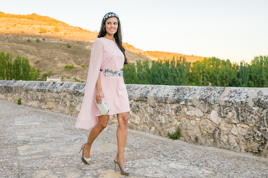 Vestido con capa Dresseos accesorios invitadas Verdemint cinturon hojas plata diadema tocado Crimenes de la Moda
