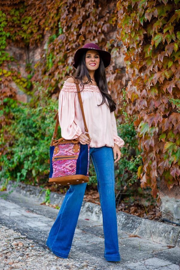 Jeans acampanados pantalones de campana sombrero pamela blusa hombros al aire look setentero 70s Crimenes de la Moda