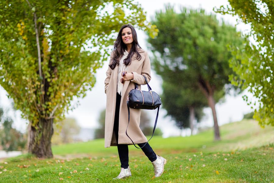 Long coat Miss Guied botas glitter Neon boots Crímenes de la Moda