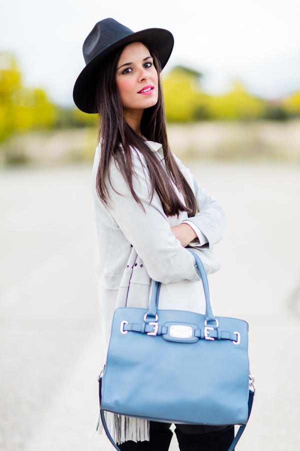 Hat & Over the knee Boots Sombrero y botas mosqueteras chaqueta gris flecos bolso azul Michael Kors blue bag Crimenes de la Moda