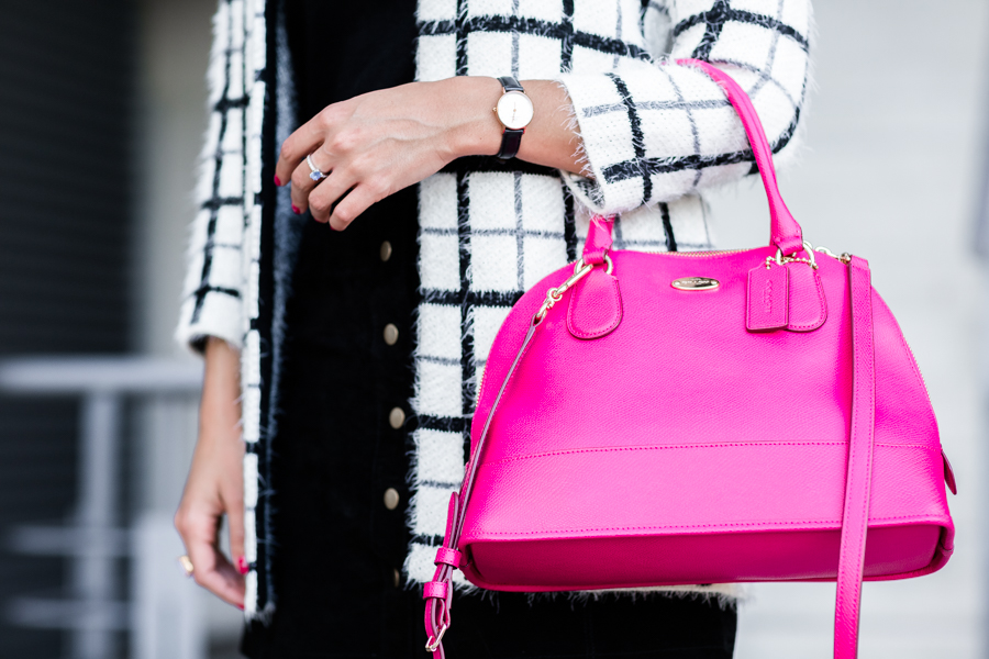 Touch of pink toque rosa bolso Coach bag chaqueta de cuadros plais jacket botas mosqueteras over-the-knee boots Crimenes de la Moda