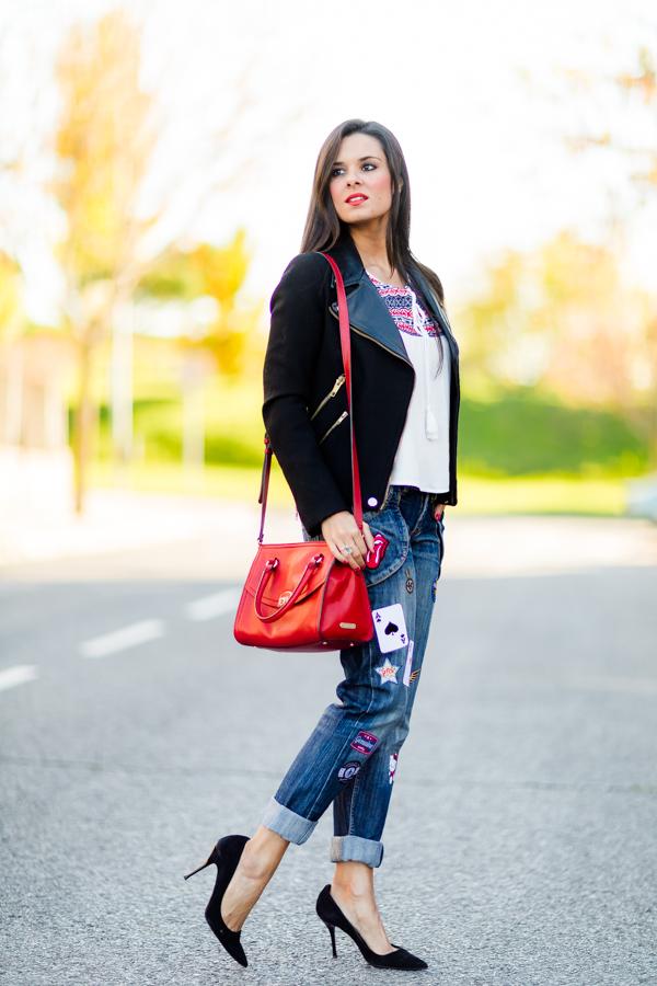 Custom Jeans diy con parches cazadora biker jacket Zara bolso rojo red bag Georges Rech Crimenes de la Moda