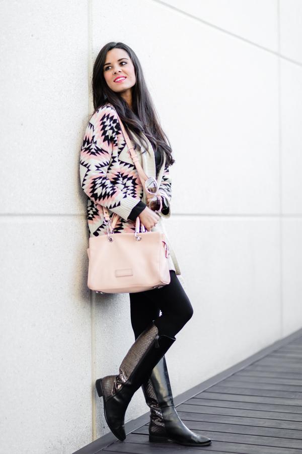 Geometric cardigan chaqueta de punto larga con dibujos geométricos bolso rosa Marc by Marc Jacobs pink tote botas Estefania Marco boots gafas de sol Christian Dior sunglasses Crímenes de la Moda