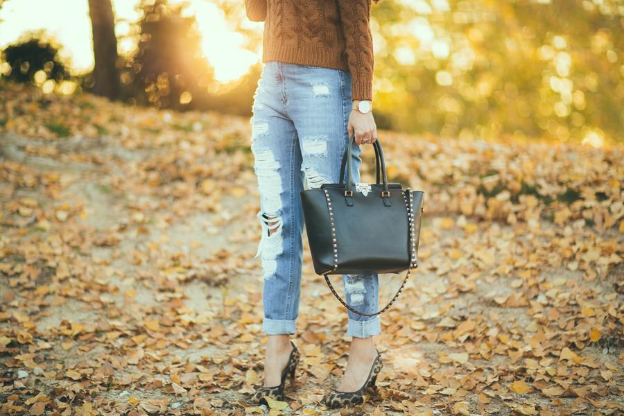 Distressed jeans vaqueros rotos Missguided bolso Valentino Rockstud black zapatos leopardo animal print shoes Crímenes de la Moda