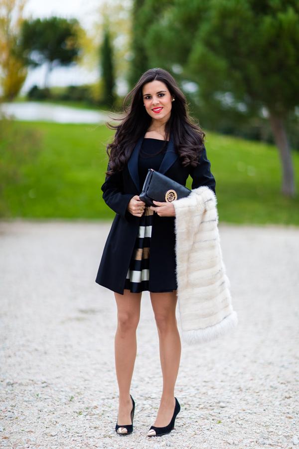 Striped skirt off shoulder body tuxedo coat abrigo esmoquin Karen Millen estola de pelo fur scarf bolso Loewe handbag reloj Cluse watch look de fiesta party outfit Crímenes de la Moda