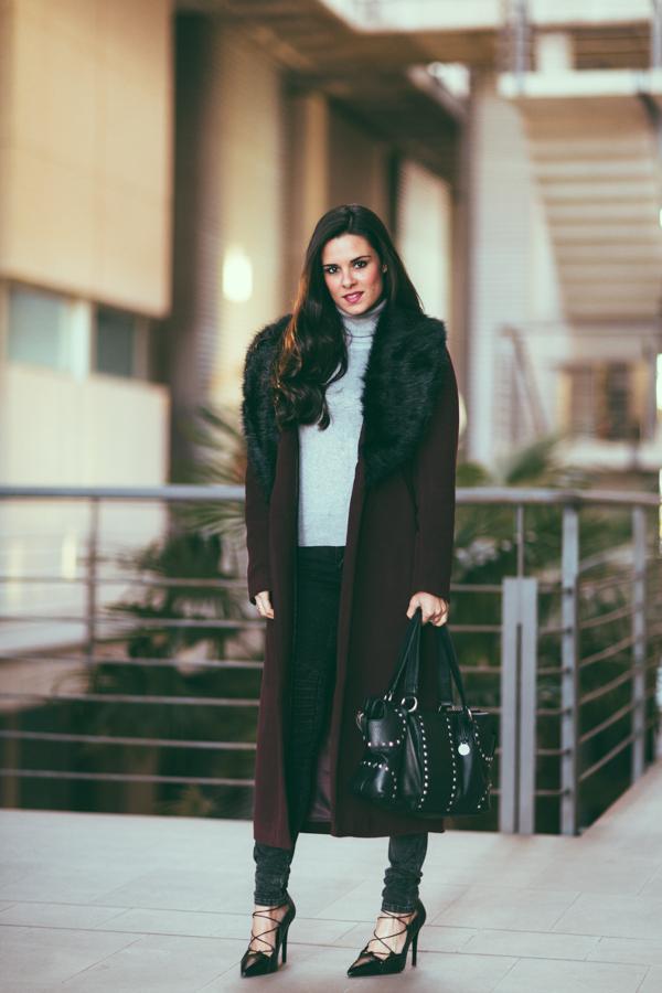 Burgundy Long Coat abrigo largo burdeos bolso tachuelas BCBG Max Azria studded bag zapatos cordones Zara Crímenes de la Moda