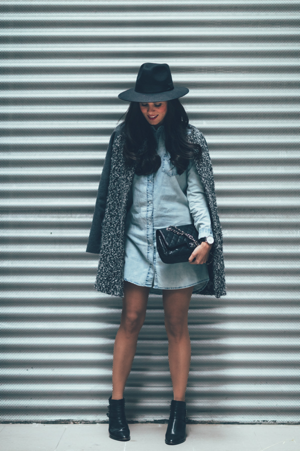 Tweed coat denim dress vestido camisero vaquero botines Pedro Miralles boots bolso Chanel bag Crímenes de la Moda