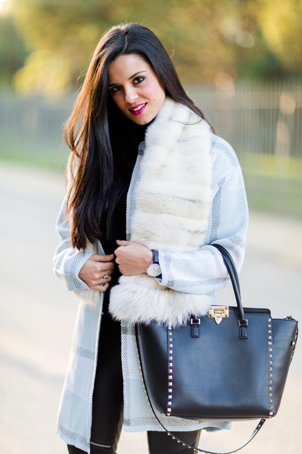 Plaid Cardigan estola de pelo chaqueta de punto estampado de cuadros bolso Valentino Rockstud bag reloj Daniel Wellington watch Crímenes de la Moda blog
