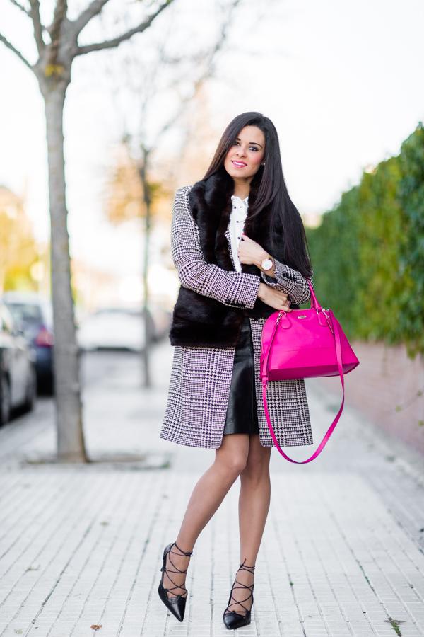 Working girl look para ir a trabajar abrigo pata de gallo Anne Klein houndstood coat bolso rosa fucsia Coach pink handbag zapatos de tacón acordonados Zara heels estola pelo Crímenes de la Moda blog