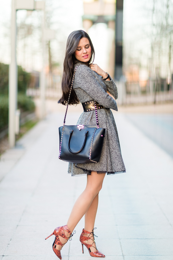 Lady Rock Style vestido tweed lady gris cazadora biker negra Mango zapatos de tacón con cordones serpiente Topshop snake shoes bolso Valentino Rockstud handbag Crimenes de la Moda blog