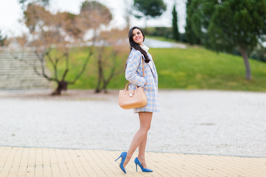 Houndstood blue coat abrigo pata de gallo azul zapatos de tacón Chloe Borel stilettos shoes bolso Georges Rech handbag Crimenes de la Moda