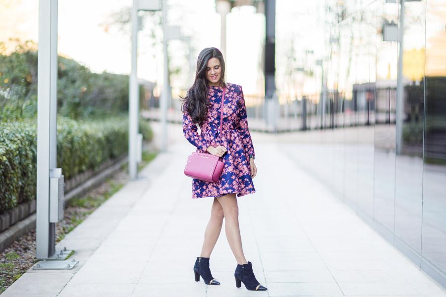 WInter floral dress vestido de flores estilo lady bolso rosa tachuelas Michael Kors Pink studded handbag botines Pedro Miralles boots Crimenes de la Moda blog