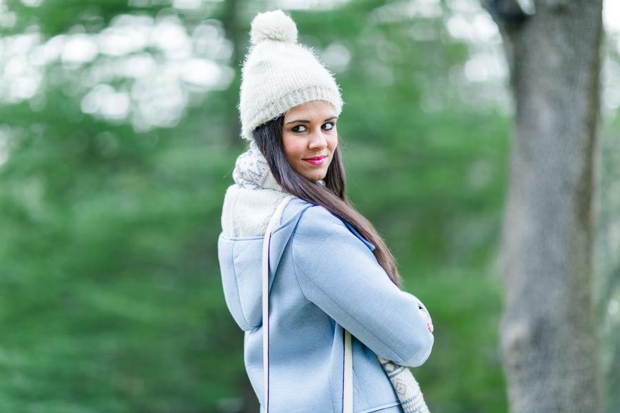Soft Winter look abrigo azul con capucha bolso blanco Longchamp Le Pliage Heritage Neon Boots Crimenes de la Moda blog