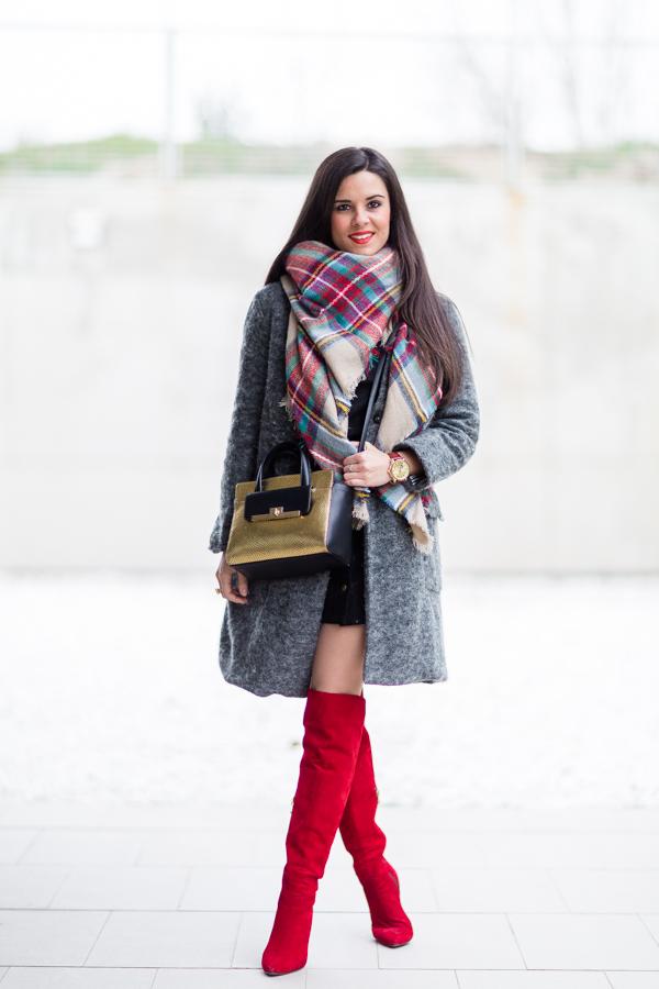 Touch of red botas rojas mosqueteras Pedro Miralles red over the knee boots plaid scarf bufanda cuadrod tartán bolso dorado &Other Stories gold leather handbag Crimenes de la Moda blog