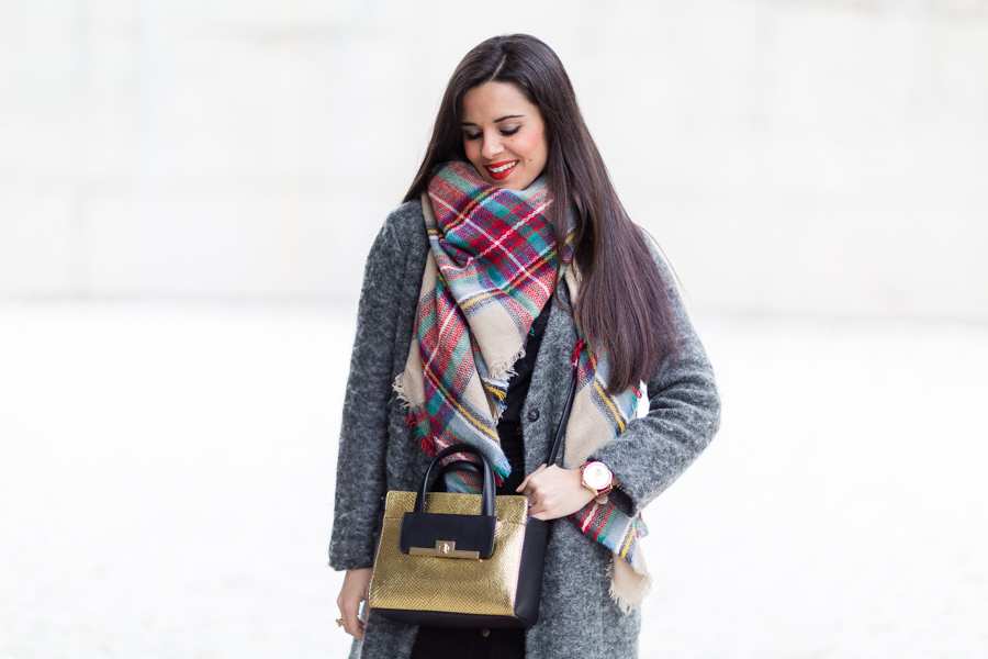 Touch of red botas rojas mosqueteras Pedro Miralles red over the knee boots plaid scarf bufanda cuadrod tartán bolso dorado &Other Stories gold leather handbag Crimenes de la Moda blog
