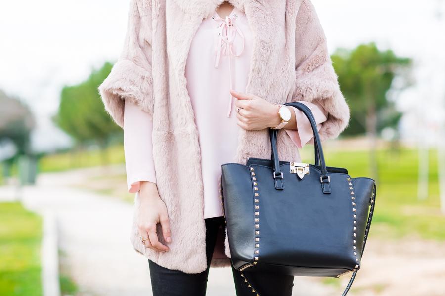 Pink Fur Coat abrigo de pelo rosa bolso Valentino Rockstud handbag Crimenes de la Moda blog