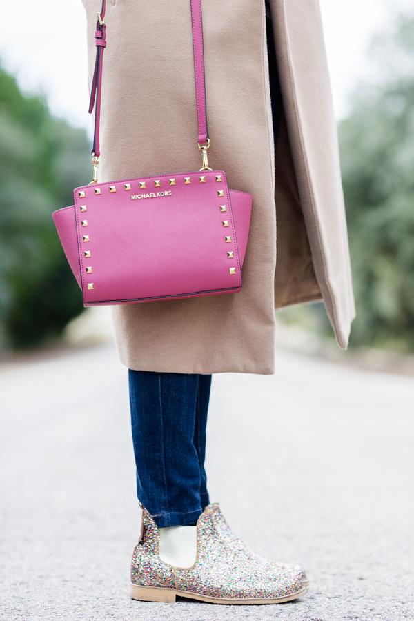 long camel coat Missguided abrigo largo bolso rosa tachuelas Michael Kors studded pink handbag botas glitter Neon Boots Crimenes de la Moda blog