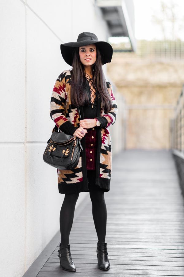 Boho Style look ethnic cardigan largo de punto top con cordones en el escote suede skirt falda de ante burdeos Crimenes de la Moda blog