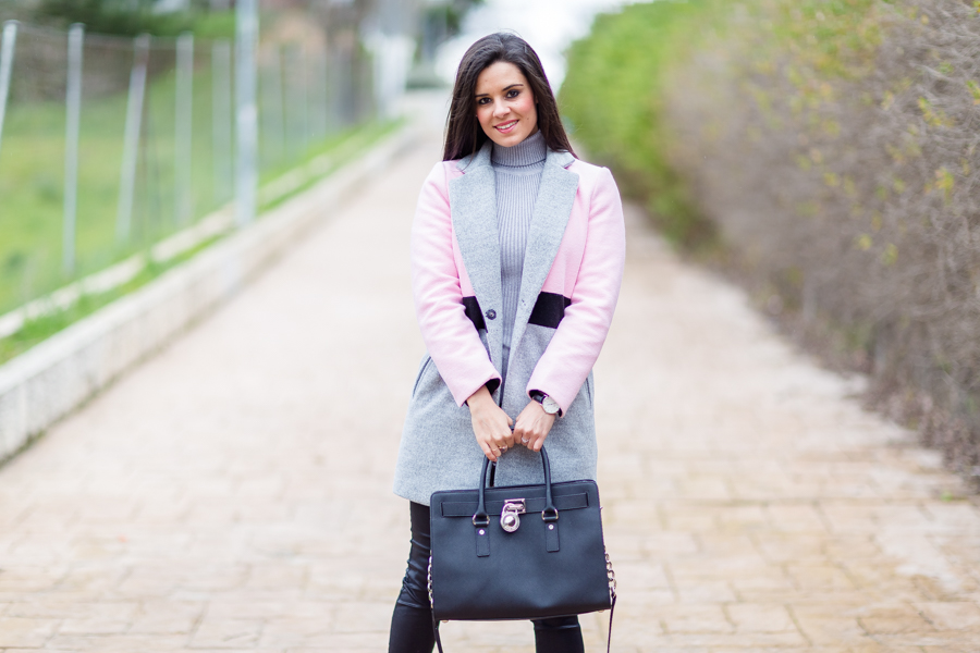 Tricolor look abrigo rosa pink coat bailarinas acodonadas bolso negro Michael Kors Hamilton black handbag Crimenes de la Moda blog